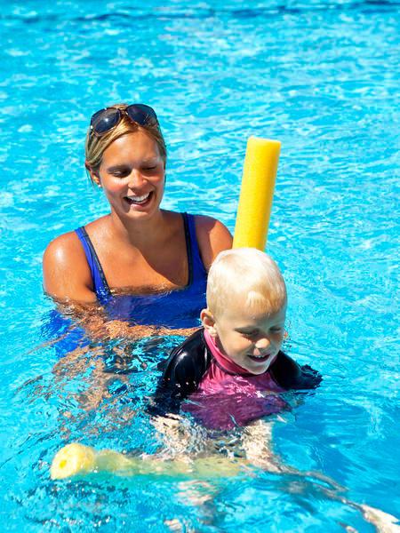 lär sig att simma på semestern